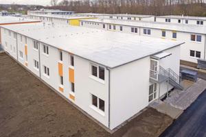 """Ein WDVS, Rauputz und Farbe sorgen dafür, dass die vorgefertigten Module ein zusammenhängendes Erscheinungsbild als Gebäude erhalten<span class=""""bildnachweis"""">Fotos (2): Kleusberg Modulares Bauen / Rüdiger Mosler</span>"""