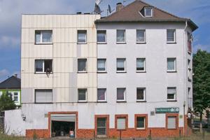 """<span class=""""bildnachweis""""><strong>Die zu Familienunterkünften für Flüchtlinge umgebauten Mehrfamilienhäuser in Solingen vor (links) und nach Abschluss der Sanierungs- und Umbauarbeiten Mitte April (rechts)</strong></span><span class=""""bildnachweis"""">Fotos: Präsenta Herriger</span>"""