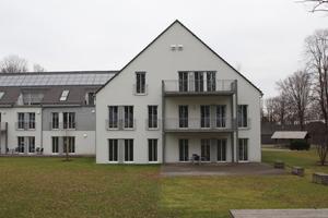 Ehemaliges Mannschaftsgebäude mit vorgeständerten Balkonen<br />