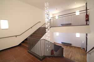 In den Mannschaftsgebäuden wurden alle Oberflächen hochwertig erneuert, nur den Treppen sieht man ihre Geschichte noch an