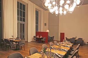 An den hohen Decken und Fenstern kann man im Restaurant auch heute noch das Kasino erkennen⇥Text + Fotos: Thomas Wieckhorst
