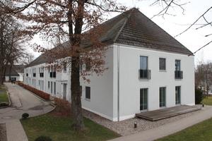Eines der sechs zum Hotel umgebauten Mannschaftsgebäude