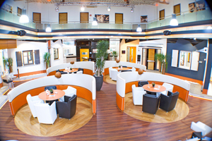 Mittelpunkt des Firmensitzes ist der Showroom, der nicht nur die sehr geschmackvoll arrangierte Ausstellung enthält, sondern auch Beratungsgespräche in stilvollem Ambiente ermöglicht