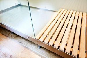 Detail: Das Duschelement besteht unter Verzicht auf Silicon aus Stahl und Glas