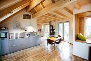 Küche mit Küchenmöbel aus Edelstahl im Obergeschoss