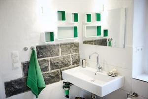 Wieder verwendete Basaltsteine im Bad