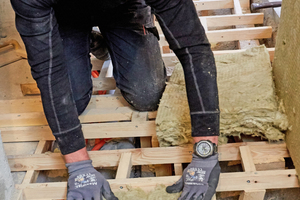 Dämmung der Hohlraumkonstruktion aus Kanthölzern und Latten für den Fußbodenaufbau