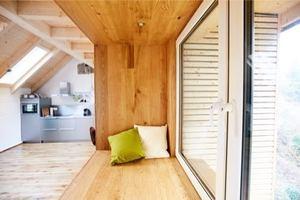 """Die beite Fensterlaibung der """"Lesekoje"""" in mit Eichenparkett ausgelegt"""