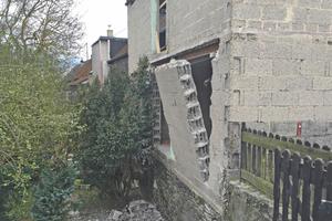 In das Bimssteinmauerwerk wurden auf der Talseite raumhohe Öffnungen gebrochen