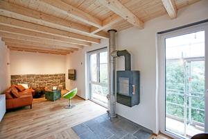 Rechts unten: Wiederverwendete Basaltsteine im Wohnzimmer