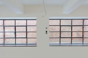 Kellerfenster an der Westseite des Gebäudes: Das rechte Fenster ist historisch, das linke ein kompletter Neubau, für das auch eine neue Maueröffnung geschaffen wurde
