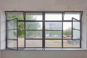 Fenster im Erdgeschoss: links der Fluchtweg, rechts der ursprüngliche Zustand