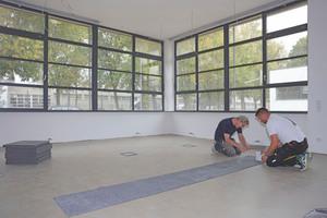 Verlegen der Teppichfliesenbahnen im Erdgeschoss