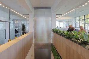 Die Treppe verbindet beide Geschosse im Gebäude miteinander