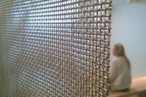 Die Wasserwand besteht aus einem Wasserfilm, der ein Edelstahlgewebe herunterläuft