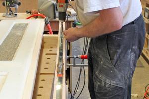 Der lange schwere Stulp der Mehrfachverriegelung wird in die Nut im Türblattfalz geschraubt     Fotos: Thomas Wieckhorst