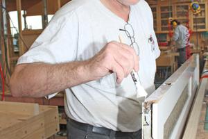 Tischlermeister Johannes Stute leimt an den schmalen feststehenden Flügel eine 25mm dicke Leiste aus Kiefernholz an