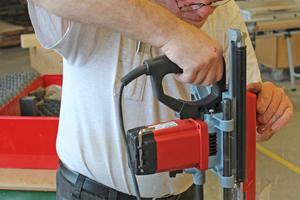 Mit dem Handkettenstemmer arbeitet Johannes Stute die Aussparungen zur Aufnahme der Bolzenkästen für die Mehrfachverriegelung in das Türblatt hinein …