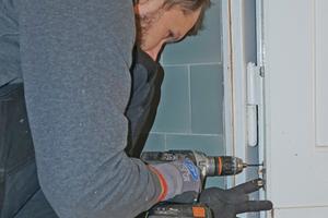 Das Zapfenteil wird für den Aushebelschutz am Türblatt montiert