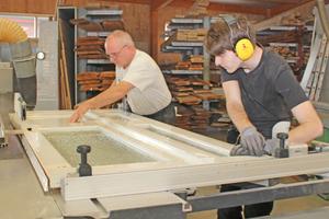 Der schräge Falz wird am Türblatt mit der Formatkreissäge gerade geschnitten