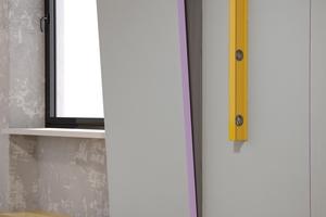 Den Kleber mit einer Zahntraufel an der Wand aufziehen, Platte einschwimmen und ausrichten<br />