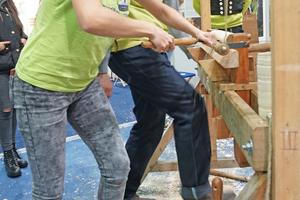 Vorführung der Arbeit mit der Wippdrechselbank auf der denkmal in Leipzig auf dem Stand der Jugendbauhütten