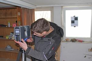 Zimmerergeselle Lukas Schmidt beim Einrichten des Scanners