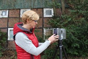 """Die gelernte Holzbildhauermeisterin Birgit Kostner studierte Multi-Media-Design und leitet heute die Abteilung Digitale Aufmaße/Visualisierung bei Drücker &amp; Schnitger<span class=""""bildnachweis"""">Fotos: Thomas Schwarzmann</span>"""