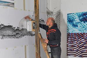 """Das Kunstwerk entwickelte der Künstler Gerhard Mayer im Maßstab 1:10 als Tuschezeichnung auf Papier in seinem Nürnberger Atelier<span class=""""bildnachweis"""">Foto: Annette Kradisch</span>"""