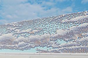 """Und das Ergebnis der Arbeiten an der Schildwandgrafik über dem Pförtnergebäude der JVA Augsburg-Gablingen kann sich wirklich sehen lassen – nicht nur vom vorbeifahrenden ICE aus<span class=""""bildnachweis"""">Foto: Annette Kradisch</span>"""