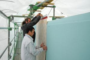 """Die Markierungsbahnen fixierten die Handwerker zunächst an einem Aluminiumprofil und richteten sie vor der Wand hängend mit Stellschrauben und Seilspannern exakt vertikal aus<span class=""""bildnachweis"""">Fotos (5): Gerhard Mayer / VG Bild Kunst Bonn</span>"""