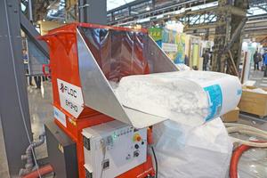 Die Mineralwolle Knauf Insulation Supafil wandert in die Einblasmaschine der Firma X-Floc hinein