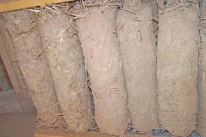 Bilder aus dem Lehmbautechnik-Seminar: Links eine Lehmwickeldecke, in der Mitte Ausfachen mit Lehm