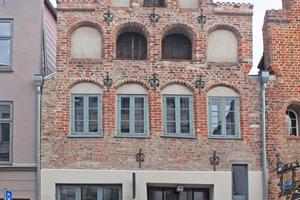 Die restaurierte Backsteinfassade des Dielenhauses in der Lübecker Fleischhauerstraße stammt aus  dem 16. und 17. Jahrhundert Foto: Nina Greve
