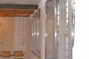 Im Winter werden vor die historischen Sprossenfenster Glasscheiben in sehr schmalen Metallrahmen gesetzt