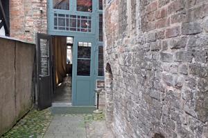 Links: Auch am Seitenflügel des Dielenhauses mussten hofseitig diverse Stellen ausgebessert werden Fotos (2): Nina Greve