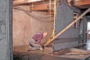 Den Deckenaufbau ergänzten die Handwerker um eine 9 cm dicke Estrichschicht