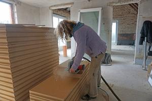 Gaby Lipka sägt Holzfaserplatten für die Innendämmung der Stallwände Fotos: Stephan Thomas