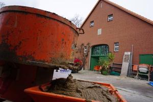 Von innen wird der ehemalige Stall im Erdgeschoss mit Lehm verputzt und mit Holzfaserplatten gedämmt<br />