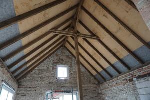 Das Dach des ehemaligen Stalls. In dem Gebäude wollen die Scheers Mitte 2017 einziehen. Lehmbauer Andreas Beermann ist zuversichtlich<br />
