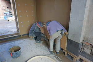Rechts: Vor die verputzte Wandfläche werden Holzfaserdämmplatten montiert