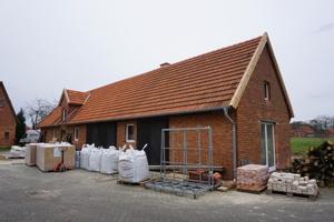 Der Hof der Familie Scheer in Halle (Westfalen) wird zur Zeit zum Wohnhaus umgebaut. Im Erdgeschoss werden die Innenwände mit Holzfaserplatten gedämmt und mit Lehm verputztFoto: Stephan Thomas