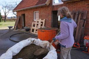 Der Lehmputzt steht säckeweise bereit und wartet darauf, angemischt und verarbeitet zu werden