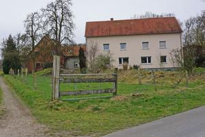 Im Vorderhaus (rechts im Bild) wohnen die Scheers zur Zeit. Das Haus wird vermietet, wenn der Stallumbau abgeschlossen ist