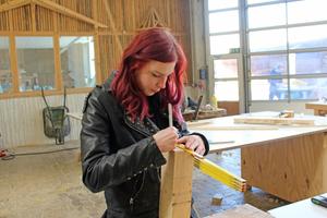 Alessa Wallacher in der Holzwerkstatt des HBZ Brackwede. Sie arbeitet gern mit Holz, auch wenn sie in ihrem Betrieb momentan nur Trockenbauarbeiten zu tun hat