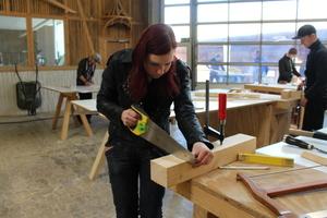 Alessa Wallacher macht eine Ausbildung zur Zimmerin, hier arbeitet sie in der Holzwerkstatt des HBZ Brackwede