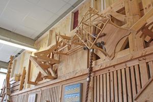 Rechts: Wandschmuck in der Holzwerkstatt des HBZ Brackwede