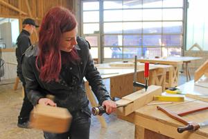 Alessa Wallacher mit Stecheisen und Klopfholz in der Holzwerkstatt des HBZ Brackwede