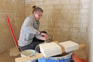 """Sarah Hübel macht eine Ausbildung zur Fliesen-, Platten- und Mosaiklegerin in Herford<span class=""""bildnachweis"""">Fotos: Stephan Thomas</span>"""