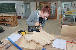In der Betonbauer-Werkstatt des HBZ Brackwede erstellt Kimberley eine Schalung Fotos: Stephan Thomas